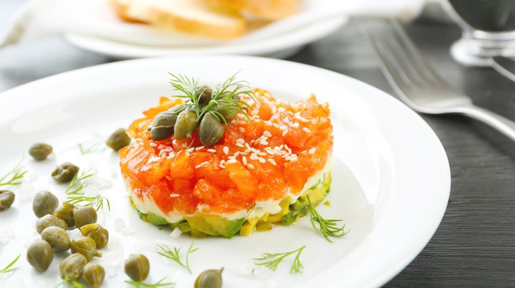 rezept lachs tartar rezept mit avocado und kapern. Black Bedroom Furniture Sets. Home Design Ideas